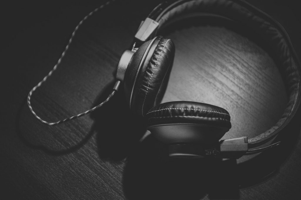 Photo noir et blanc d'un casque de musique
